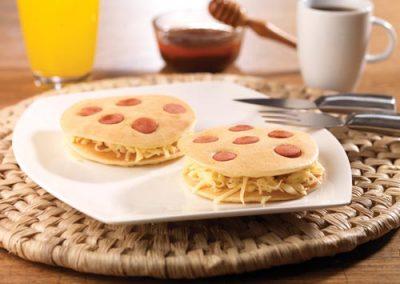Mini Panquecas de Salchichas Wieners Plumrose® y Queso Gouda